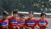Các cầu thủ U22 Việt Nam thoải mái trong buổi tập chiều qua. Ảnh: Dũng Phương