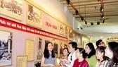 Đoàn đại biểu Đảng bộ TPHCM tham quan, tìm hiểu tư liệu lịch sử tại Di tích nơi thành lập tổ chức Việt Nam Thanh niên Cách mạng Đồng chí Hội (số nhà 250 đường Quang Minh, thành phố Quảng Châu, tỉnh Quảng Đông, Trung Quốc)           . Ảnh: HOÀI NAM