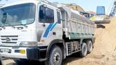 Xe tải chở cát tại một vựa vật liệu xây dựng trên đường Mai Bá Hương