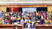 People pose for photo at the opening ceremony of a training course to teach Vietnamese abroad in Hanoi on August 14 (Photo: dangcongsan.vn)