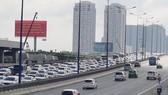 Thousands of automobiles line up in Saigon Bridge towards the center area of HCMC (Photo: SGGP)