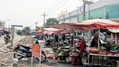 Họp chợ tự phát buôn bán ngay trước chợ mới Tân Đoàn Việt