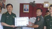 Đồn Biên phòng cửa khẩu A Đớt tặng quà Đại đội Bảo vệ biên giới 531 (Lào) nhân dịp Tết cổ truyền Bunpimay