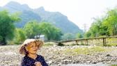 Bà Vi Thị Mậu ở bản Thắm (xã Châu Cường) trên dòng Nậm Huống cạn trơ đáy, ngổn ngang đất đá