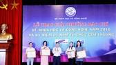 Ông Phan Huy Hiền, Phó tổng biên tập báo Nhân Dân trao giải Nhất cho tác giả, nhóm tác giả đạt giải Nhất. Nguồn: most.gov.vn
