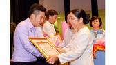 Phó Bí thư Thành ủy TPHCM Võ Thị Dung tặng bằng khen cho các Đảng bộ, Chi bộ đạt thành tích xuất sắc tạI hội nghị tổng kết. Ảnh: VIỆT DŨNG