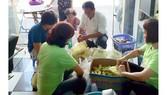 Phát cơm từ thiện giúp người nghèo tại tiệm tóc Đức Mifa
