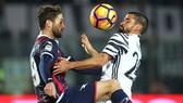 """Crotone (trái, Andrea Barberis) liệu có tiếp tục """"lên đồng"""" khi đối mặt Juventus (Tomas Rincon) ở Turin."""