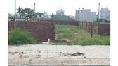 Giá đất nền tăng cao, trên đường Cây Keo (phường Tam Phú, quận Thủ Đức), nhiều chủ đầu tư  đã xây tường gạch giả làm nhà để làm thủ tục chia nhỏ lô đất