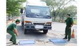 Cân tải trọng xe trên đường Nguyễn Văn Linh, TPHCM. Ảnh: THÀNH TRÍ