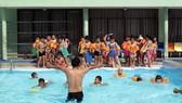 Dạy bơi tại trường Tiểu học Nguyễn Bỉnh Khiêm, quận 1, TPHCM