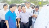 Phó Thủ tướng Trịnh Đình Dũng khảo sát vị trí xây dựng cầu Đại Ngãi. Ảnh: MINH LUÂN