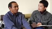 Tiến sĩ Cil Duin (trái) trò chuyện với phóng viên Báo SGGP