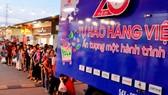 """Người dân mua sản phẩm trên """"Chuyến xe hàng Việt - Cùng Co.opmart lan tỏa tình yêu  hàng Việt"""" do Saigon Co.op thực hiện trong Tháng khuyến mãi 2017. Ảnh: THANH TẤN"""