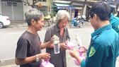Chiến sĩ dân quân phường 3 trao suất ăn miễn phí cho người nghèo