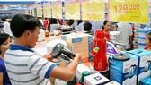Người tiêu dùng mua sắm tại Co.opmart TPHCM cuối tuần