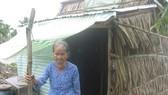 Cụ Nguyễn Thị Điệu trước căn nhà của mình