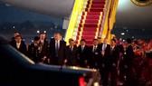 Thổng thống Donald Trump sau khi bước xuống máy bay. Ảnh cắt từ clip. Nguồn: Zing