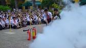 Học sinh thao tác sử dụng bình chữa cháy xách tay