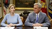 Ivanka Trump đã thay cha - Tổng thống Mỹ Donald Trump - điều hành một cuộc họp tại Nhà Trắng, trong khi cha cô - Tổng thống Mỹ Donald Trump vắng mặt.