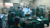 圖為大水鑊醫院移植團隊在手術室內進行心臟移植手術。(圖源:VOH)