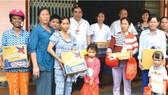 河仙貧窮病人獲贈送禮物。