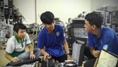 志願服務的大學生正在維修、翻新舊電腦。