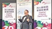 """曾志偉在紐約林肯中心獲頒""""香港之星終身成就獎""""。(圖源:互聯網)"""