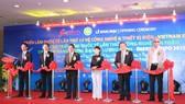 圖為2017年第十屆越南國際電力設備與技術展暨第七屆越南國際節能產品技術及綠色能源展覽開幕剪綵儀式。(圖源:互聯網)