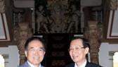 市人委會常務副主席黎清廉(右)與2017年本市-韓國慶州市世界文化博覽會籌委會秘書長李東宇相互握手合影。(圖源:越通社)