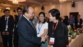 政府總理阮春福與投資商交談。(圖源:互聯網)