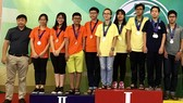 市象棋U15棋手們登上最高的領獎台上領獎並合影留念。