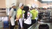 市勞動與榮軍社會廳所屬酒樓業務學校的廚藝班在實習廚藝技能。(圖源:互聯網)