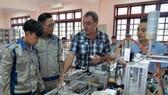 法國專家Jean Jacques Diverchy在指導實習生組裝機械。