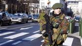 比利時士兵在街頭巡邏。