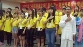 啟秀華文中心在閉營式上集體合唱﹁感恩的心﹂再加上手勢動作。