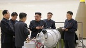 """朝中社發放了金正恩視察核武器研究所""""新製造氫彈""""的圖片。(圖源:互聯網)"""