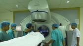 順化市中央醫院腫瘤中心醫生們在為癌症少兒患者放射治療。(圖源:順化市中央醫院)
