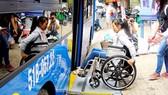 殘疾人士乘公交車不用買票。