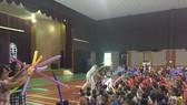 雜技演員送氣球給學生。