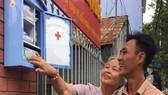 民眾對路邊的醫療箱很感興趣。