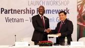 世界銀行駐越南國家首席代表奧斯曼‧迪奧主任將2017-2022年階段越南國家合作夥伴框架文件交予計劃與投資部部長阮志勇。(圖源:陳越)