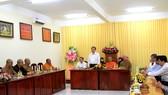 越南祖國陣線中央委員會主席陳清敏探訪芹苴市佛教理事委員會。(圖源:互聯網)