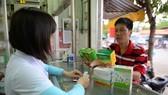 市民在各藥店隨時可買到保健品。