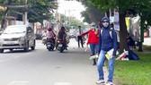 經過一段時間在沒有工資的情況下到街上派發不 動產傳單後,很多大學生經已放棄,接受失去修讀技 能的費用。
