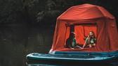 Shoal 帳篷放氣後可以捲起進行收納,捲起後的體積約為60 x 24 x18 英寸。(圖源:)