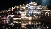 鳳凰古城流光溢彩的夜景。