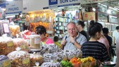 許多外籍參觀者也前來了解濱城市場的各種貨物。(圖源:施紅)