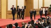 中國新一屆黨中央政治局常務委員與記者見面。(圖源:新華網)