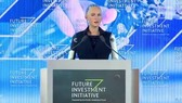 """會議現場""""女性""""機器人索菲婭發表演說。(圖源:視頻截圖)"""